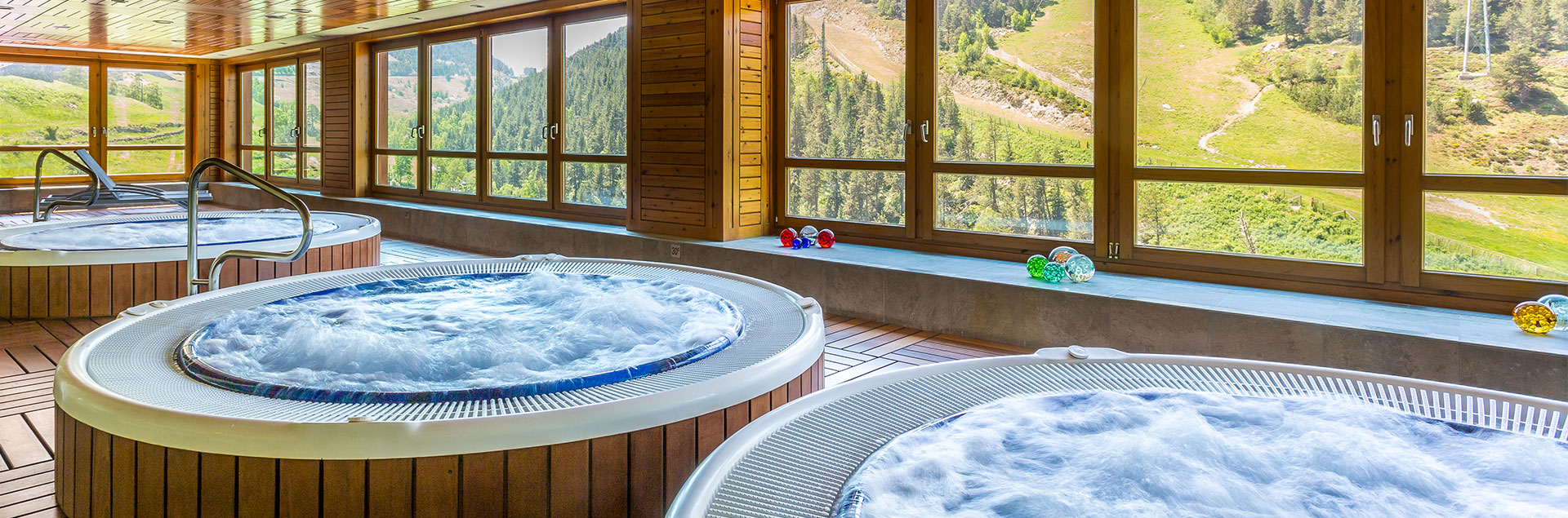 multiples jacuzzi with mountain views